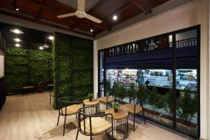 A restaurant or other place to eat at P2 Wood Loft