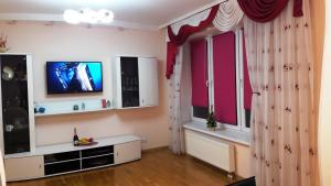 A television and/or entertainment centre at Apartment on Moskovskaya