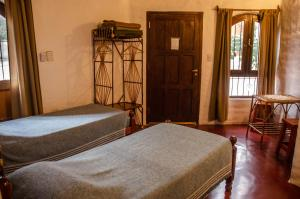 A bed or beds in a room at Hostal La Montaña