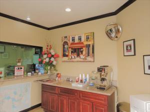 A kitchen or kitchenette at Highland Inn Las Vegas