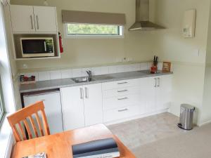 A kitchen or kitchenette at Clive Colonial Cottages