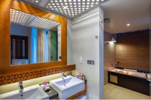 A bathroom at Cinnamon Bey