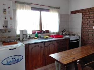 Una cocina o kitchenette en Las Escondidas casa serrana