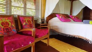 A bed or beds in a room at Linareva Moorea Beach Resort