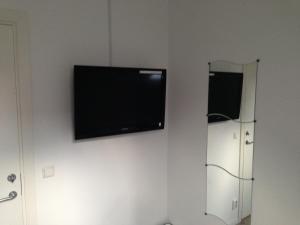 En tv och/eller ett underhållningssystem på Pizza House Bed & Breakfast Simrishamn
