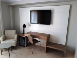 A television and/or entertainment center at Mediterraneo Bay Hotel & Resort