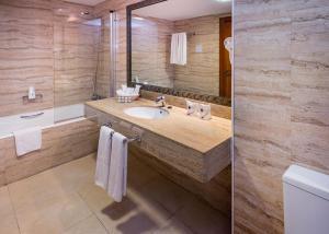 A bathroom at Mediterraneo Bay Hotel & Resort