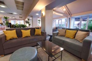 Część wypoczynkowa w obiekcie Waterloo Hub Hotel and Suites