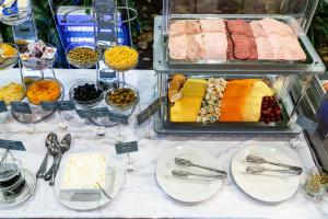 Breakfast options available to guests at Aquarium Hotel