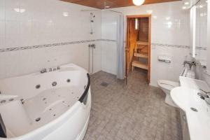 Ett badrum på Holiday Club Punkaharju Cottages