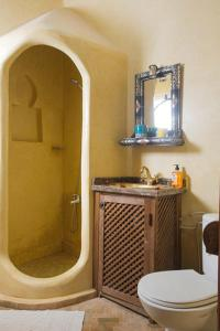 A bathroom at Riad Three Brothers