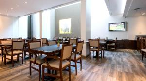 A restaurant or other place to eat at Urquiza Apart Hotel & Suites