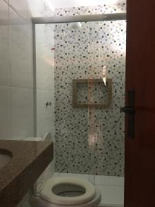 A bathroom at Varandas do Atalaia Suítes