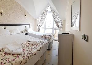 Кровать или кровати в номере Moni Hotel