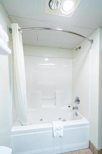 A bathroom at Anchorage Motel Inc.