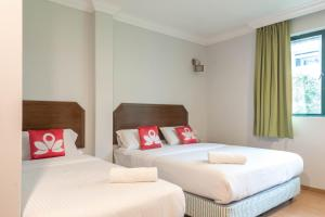A bed or beds in a room at Hotel Rose Crest Hill