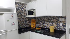 A kitchen or kitchenette at Flat Mercure Família 5pessoas