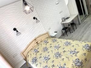 A bed or beds in a room at Kvartira-studiia v ZhK Komfort Taun