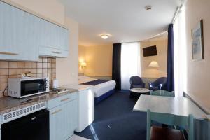 A kitchen or kitchenette at Hotel Montbrillant
