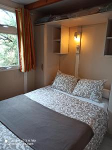 Een bed of bedden in een kamer bij Camping & Bungalows Suspiro del Moro