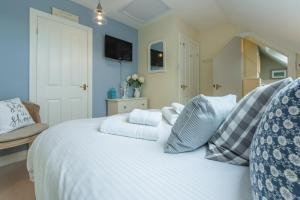 A bed or beds in a room at Curlew's Cwtch