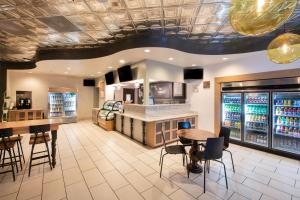 A restaurant or other place to eat at DoubleTree by Hilton Hotel Orlando at SeaWorld