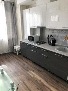 A kitchen or kitchenette at Апартаменты-люкс на первой береговой линии Приморская 1