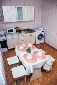 A kitchen or kitchenette at 1 комнатная квартира,