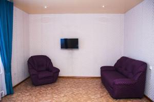 A seating area at 1 комнатная квартира,