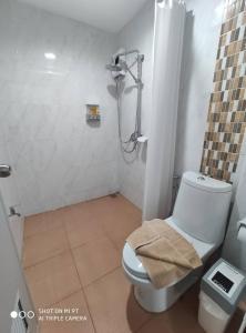A bathroom at Bann Tawan Hostel & Spa