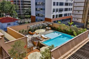 A view of the pool at Radisson Red Campinas or nearby
