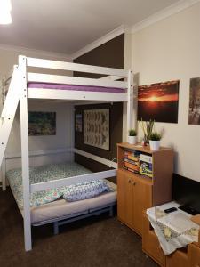 Łóżko lub łóżka piętrowe w pokoju w obiekcie Emilka Apartment