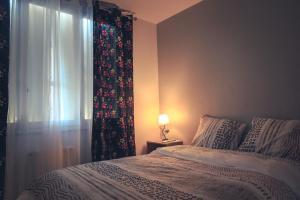 Un ou plusieurs lits dans un hébergement de l'établissement T2 Douillet By Divas, Lumineux, Déco Ethnique, Parking, Wifi, Netflix