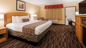 A bed or beds in a room at Best Western Plus Ontario Airport & Convention Center