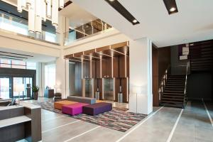 The lobby or reception area at Holiday Inn Hotel & Suites - Montreal Centre-ville Ouest