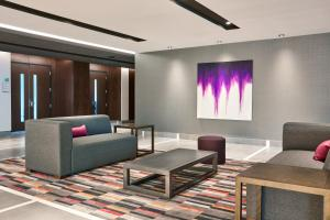 A seating area at Holiday Inn Hotel & Suites - Montreal Centre-ville Ouest