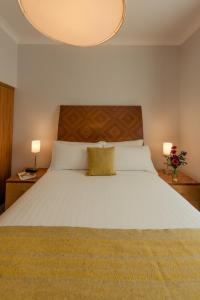 A bed or beds in a room at PREMIER SUITES PLUS Dublin, Leeson Street
