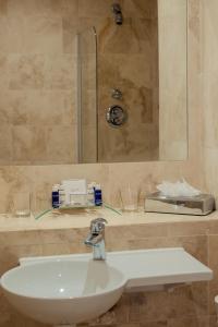A bathroom at PREMIER SUITES PLUS Dublin, Leeson Street
