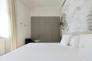 A bed or beds in a room at Elizabeth Unique Hotel | a Member of Design Hotels™
