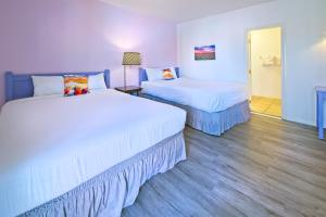 A bed or beds in a room at Inn at Palm Springs