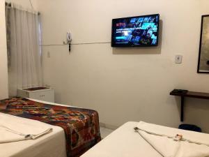 A television and/or entertainment centre at Lua Pousada