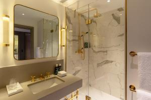 A bathroom at Hart Shoreditch Hotel London, Curio Collection by Hilton