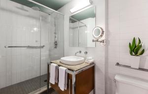 Salle de bains dans l'établissement Hotel Le Crystal Montreal