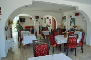 A restaurant or other place to eat at Hotel La Posada Del Ingles