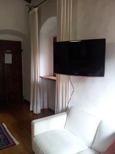 A television and/or entertainment center at B&B Il Torrino di Sotto