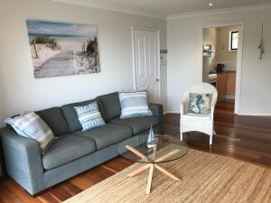A seating area at Avalon Seashells 2 Bedroom apartment with pool