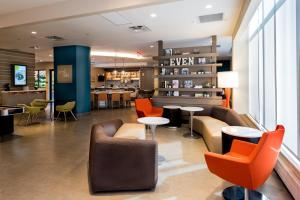The lounge or bar area at EVEN Hotel Brooklyn