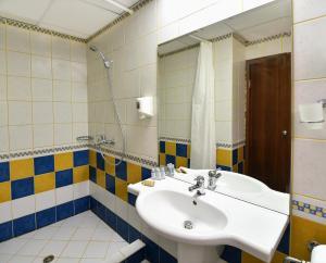 A bathroom at Kaliopa Hotel