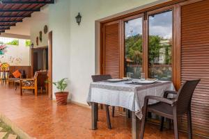 A restaurant or other place to eat at Firefly Homestay by Vista Rooms