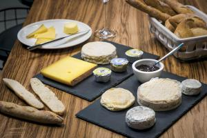 Breakfast options available to guests at Okko Hotels Nantes Château